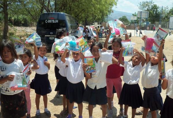Niños recibiendo regalos en Guatemala