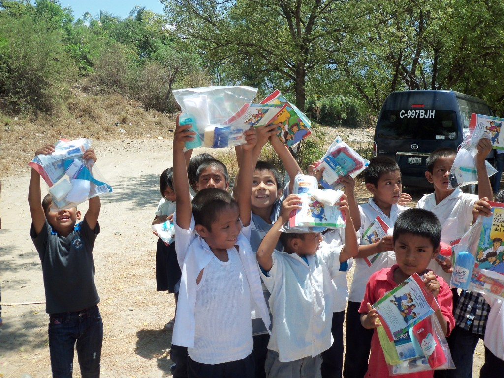 Niños mostrando sus regalos en Guatemala